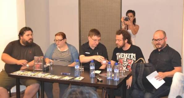 Éric rodeado de los responsables de Tyrannosaurus y de Toni Benages, director de Cryptshow.