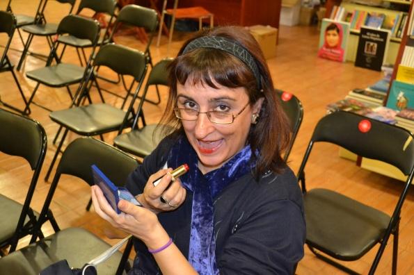 Montse Rovira preparándose para una presentación de media hora sobre el libro de Chicho Ibáñez Serrador.