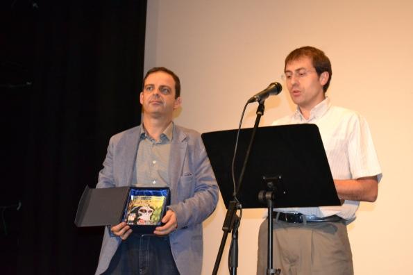Jorge Juan Adsuara y Juan Vicente Centelles entregando el premio al corto ganador.