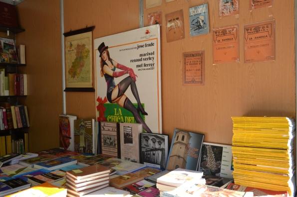 Y haciendo el turista encontramos una feria de libros de ocasión ¡Que mejor cosa para el domingo! (Aquí un cartel de Marisol en una peli dirigida por Eugenio Martín) Incluso me compré una biografía de El Titi por 3 euros, ¡oigan!