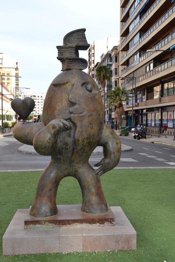 Y en Castellón hay muchas figuras bizarras y maravillosas: gigantes, manos gigantes, serenos y, la que más nos gustó, esta, colofón de esta artículo.