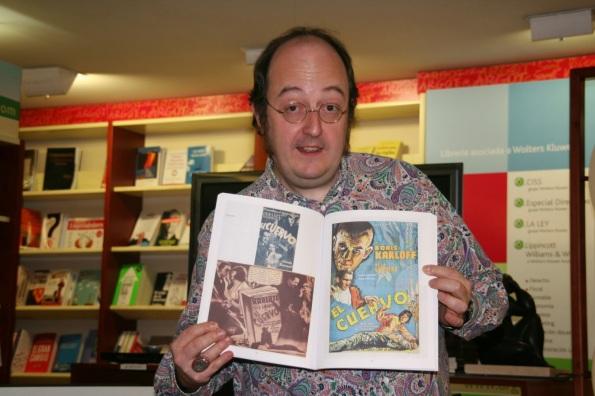 Y el que esto les cuenta, enloquecido y contento enseñando fotitos de su libro.
