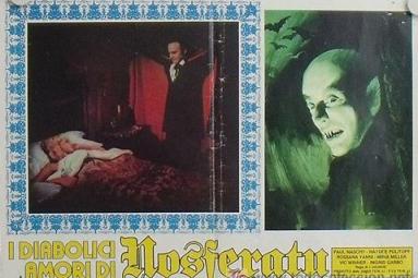 Una cartelera italiana en la que se puede apreciar el curioso nombre que se le dio en ese país a El gran amor del Conde Drácula. En la imagen Loreta en la cama a punto de ser mordida por el conde (Paul Naschy)