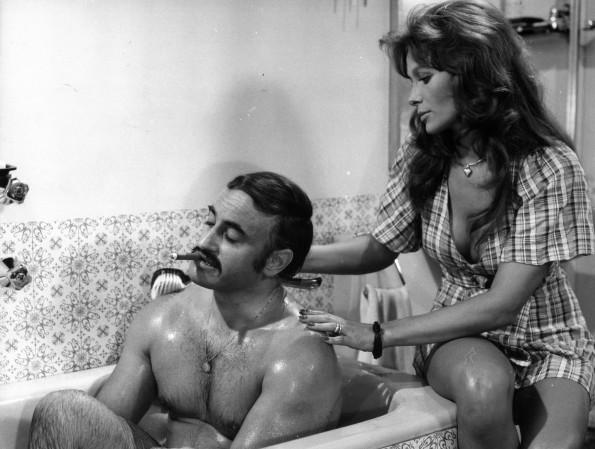 Paul Naschy en el baño fumando y enjabonado por Erika Blanc (Archivo Serendipia)