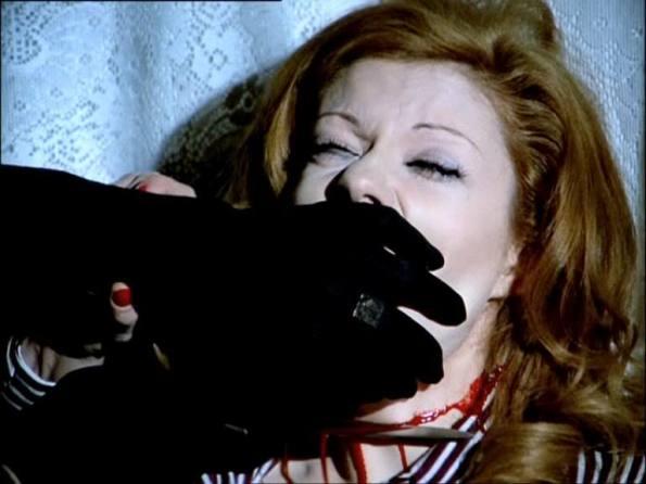 Eva León en un mal momento de Los ojos azules de la muñeca rota