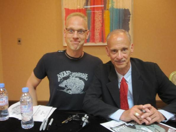 Buttgereit con John Waters en Indianápolis.