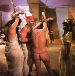 Una de las escenas de la doble versión para exportación. Una versión que de momento no se ha encontrado ni siquiera en VHS