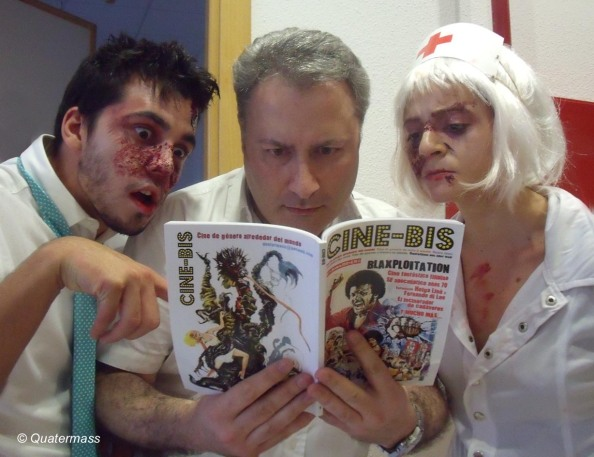 Romero con un par de zombis ojeando el nº 1 de Cine-Bis, en Zaragoza (2013).