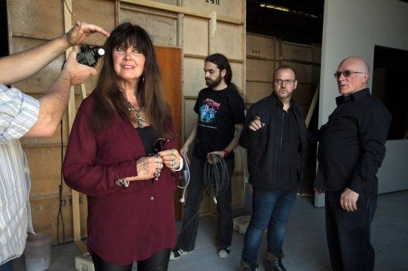 Caroline Munro durante el rodaje de Vampyres. A su vera puede verse a Víctor Matellano y Colin Arthur.