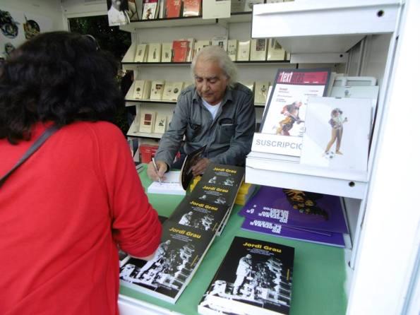Dedicando libros durante la última feria del libro de Madrid