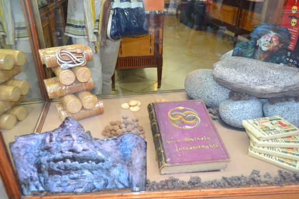 Un imaginativo escaparate de un comercio de la Calle del Mar de Badalona, homenajeando las creaciones de Colin Arthur en La historia interminable.