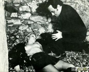 En España no pudimos ver el pecho de Shirley Corrigan...
