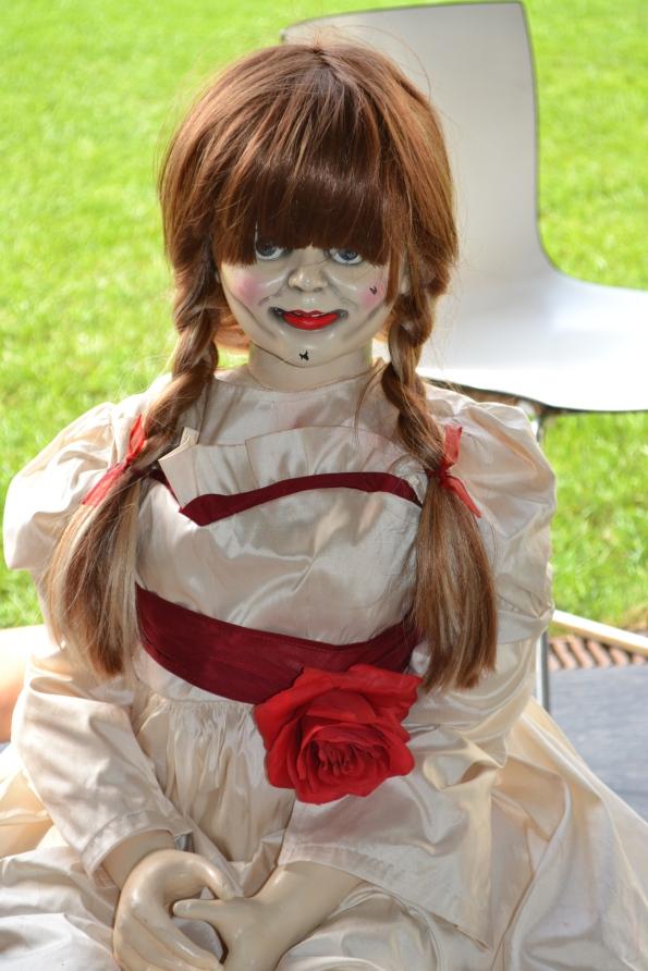La muñeca Annabelle se paseó por el Melià y repartió máscaras en la sesión de la noche. También posó con todo el que se quiso fotografiar con ella.