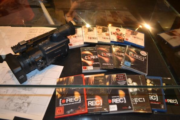 Una de las cámaras utilizadas, storyboards y diferentes ediciones de otros países.