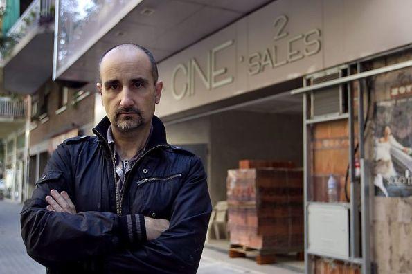 Nacho Cerdà delante del nuevo cine.