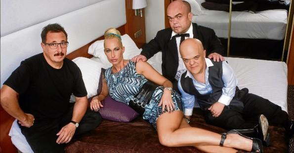 Sergio Caballero, con los actores Sophie Evans, Alberto Martínez y Michal Lagosz  tras la proyección de 'La distancia' (Foto: El periódico)