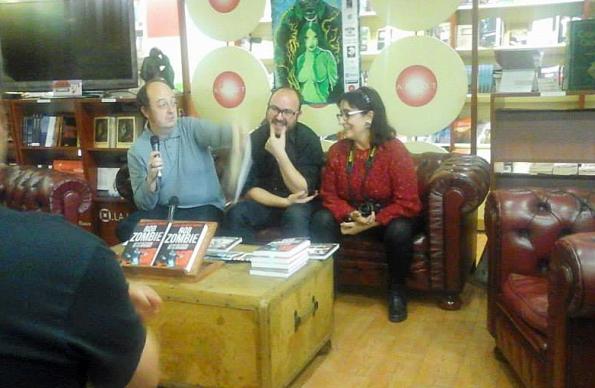 Serendipia haciendo el ganso junto a José Miguel Rodríguez, uno de los editores de  Tyrannosaurus Books (foto: Isaac Vicente Sánchez Gómez)