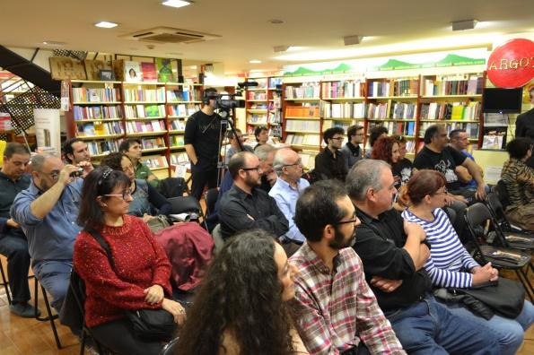 Bastante público en las presentaciones en la acogedora librería Argot.