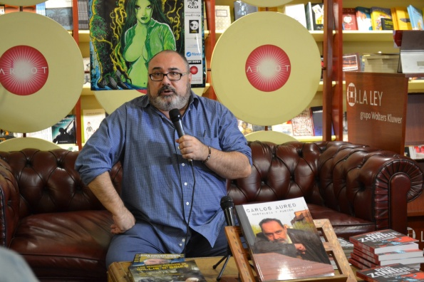 Miguel Ángel Plana con su libro dedicado a Carlos Aured.