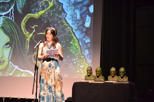... y tras la comida, llegan las proyecciones y la entrega de premios, presentados por la bella