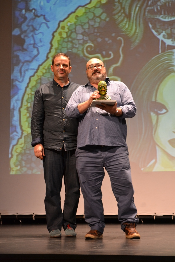 Miguel Ángel Plana con su premio, entregado por Jorge Juan Adsuara.