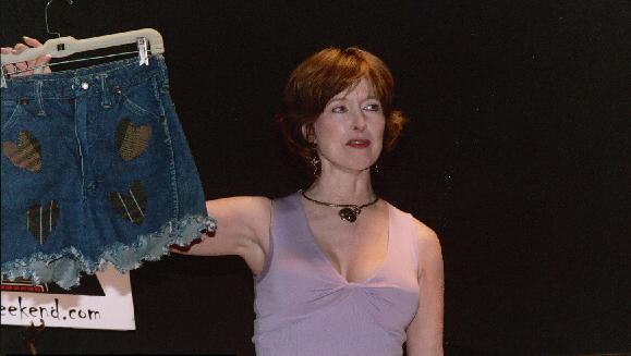 Camille muestra en una convención los shorts que lució durante el film y que todavía conserva (Foto: kitleyskript.com)