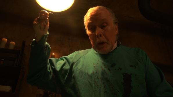 Jack Taylor realiza un memorable trabajo como el Dr. Knox en Wax.