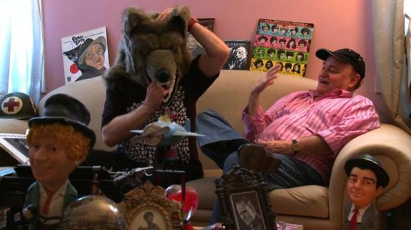 Paul Naschy bromeando con un Javier Gurruchaga con máscara de lobo