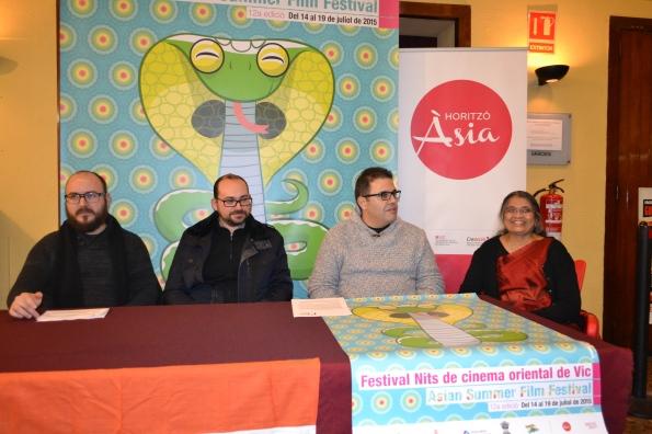 De izquierda a derecha: José M. Rodríguez, Domingo López, Quim Crusellas y una representante de la comunidad india de Vic durante la presentación de la nueva edición del festival. (Foto: Serendipia)