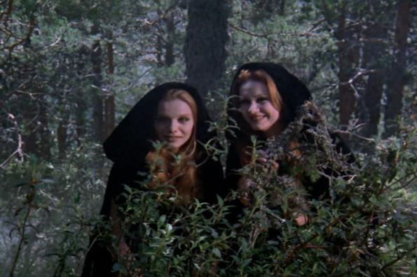 Una captura de La saga de los Drácula, como vampira acechando junto a María Kosty