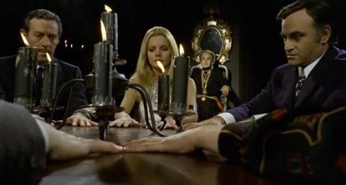 En el mismo filme, haciendo espiritismo junto a Paul Naschy y Julio Peña.