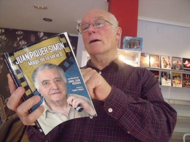 Colin Arthur ojeando el libro editado por Fantcast (Archivo Fantcast)