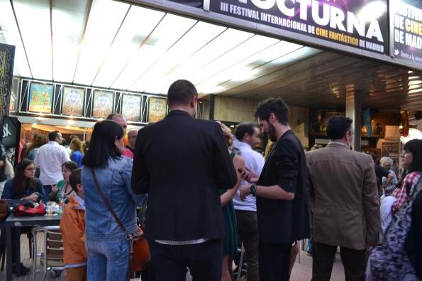 Entre sesión y sesión se formaba un fenomenal ambiente fuera del cine que invitaba a comentar los visto cerveza en mano