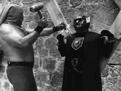Waldemar Daninsky con la máscara de la ignominia a punto de ser apuñalado con la cruz de Mayenza