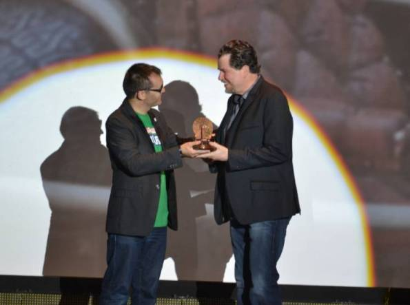 Don Coscarelli recibiendo la 'Máquina del Tiempo' de manos del director del Festival de Sitges, Ángel Sala (Foto: Serendipia)