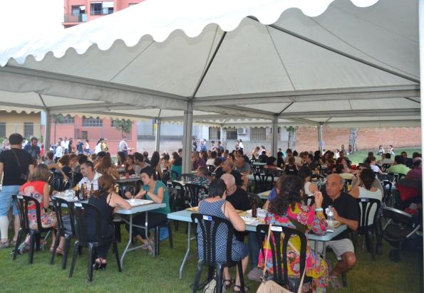 El público en la Bassa dels Hermanos saboreando los menús asiáticos (foto: Serendipia)