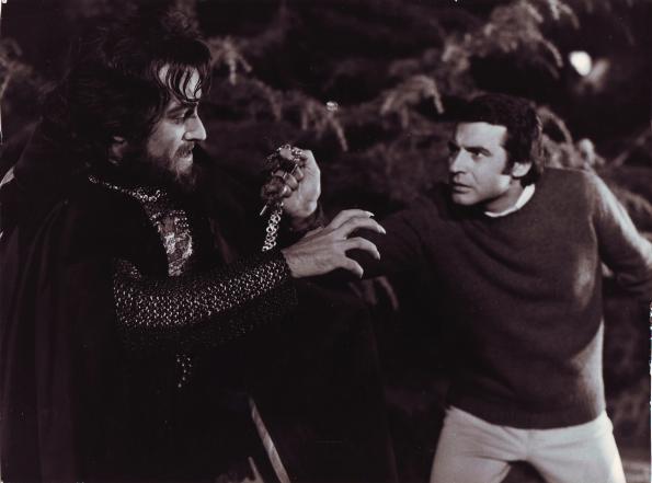 Amenazando a Alaric de Marnac (Paul Naschy) con los Martillos de Thor.