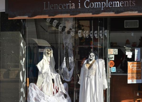 Los comercios de Cardedeu se han animado a engalanar sus escaparates (foto Serendipia)
