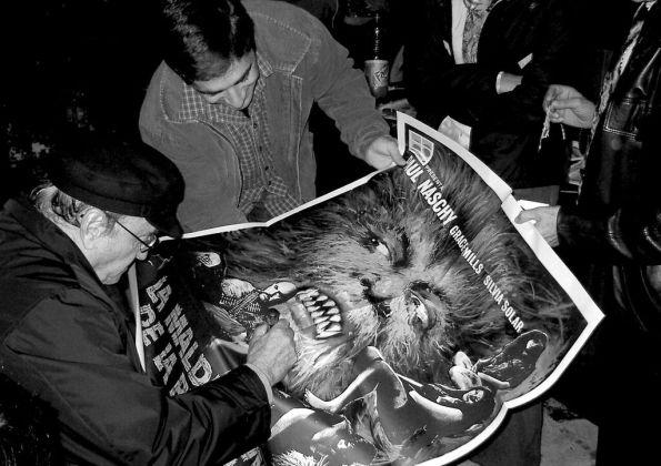 Paul Naschy dedicando un poster de La maldición de la bestia durante el segundo Cardoterror (foto archivo Cardoterror)