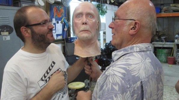 Víctor Matellano y Colin Arthur con la cabeza del Jack Taylor de cera