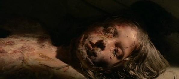 Daniela Doria, la eterna víctima de Lucio Fulci descompuesta en El gato negro.