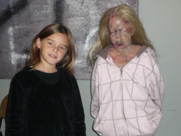 Claudia junto al modelo realizado por David Ambit