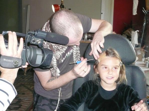 ... poco a poco aplicando el maquillaje...
