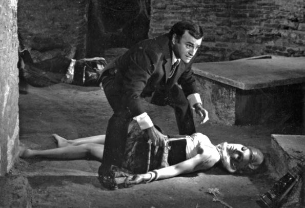 Rossana descubierta por Paul Naschy tras haber sido atacada por el licántropo en 'La marca del hombre lobo'