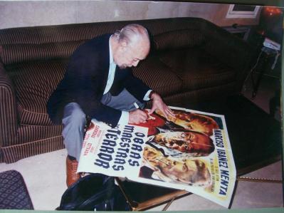 Ibáñez Menta dedicándole a Gustavo el affiche de 'Obras maestras del Terror'
